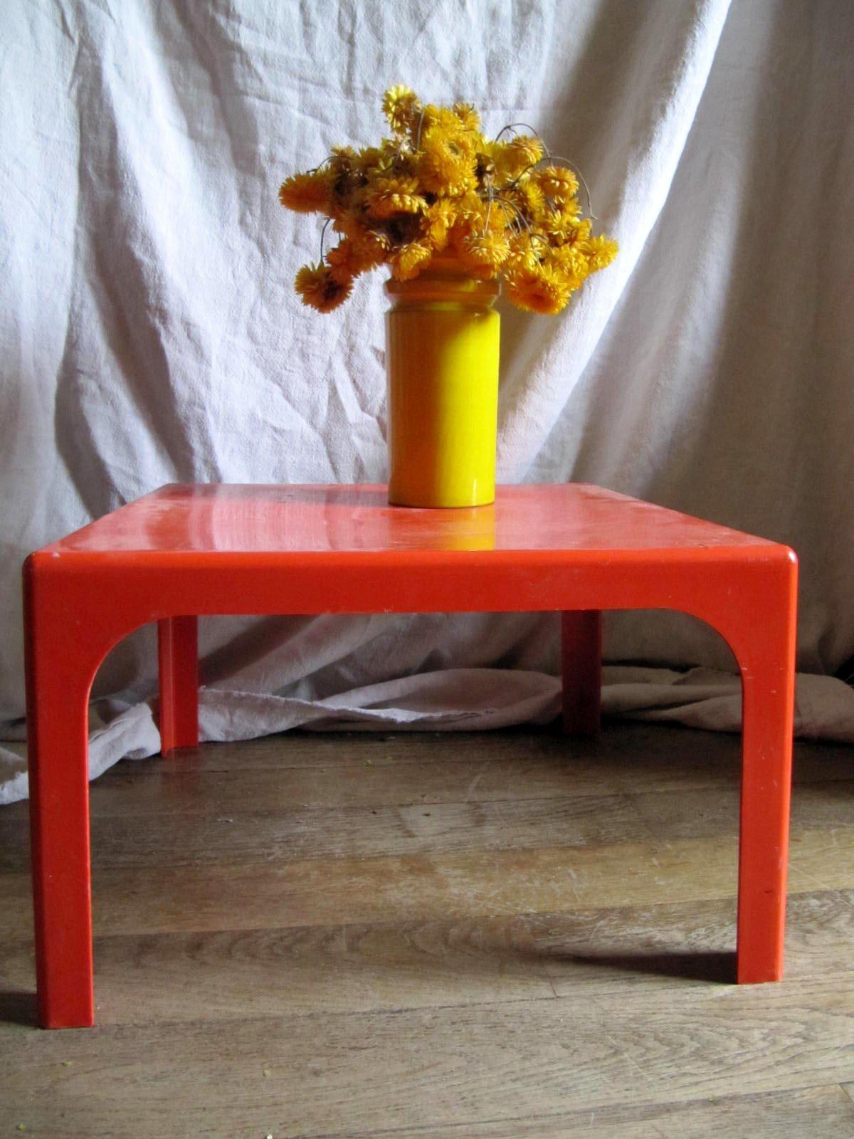 vendue table basse carr e vintage en plastique rouge ann es mes collections ordo ab chao. Black Bedroom Furniture Sets. Home Design Ideas